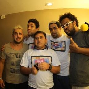 Marcelo Marrom e Rodrigo Capella tirando foto com seus ídolos do Qual é o Link!